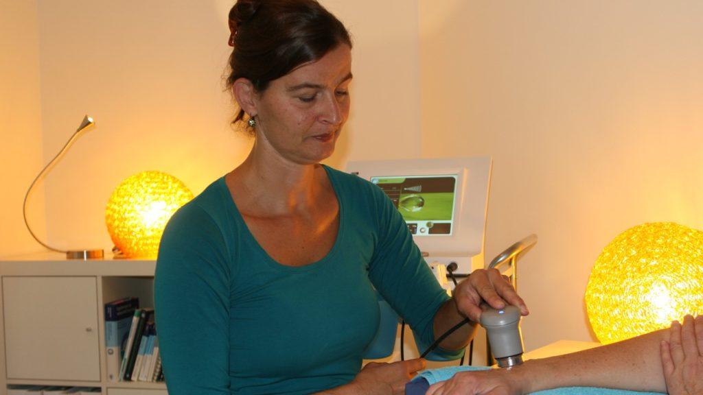 Ergotherapie-Zürich-Mirjam-Mossner-beim-Behandeln